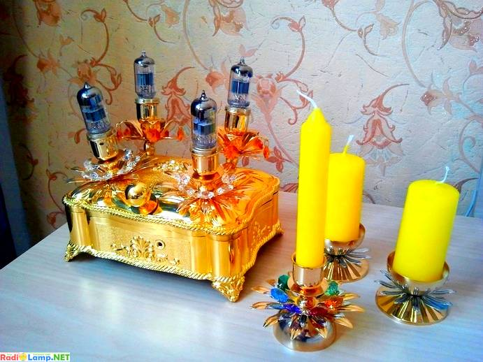 стерео усилитель для наушников возле свеч